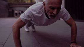 Сильный старший человек делая прессу вверх по тренировкам видеоматериал