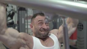 Сильный чемпион мира делая тренировки для оружий, большого бицепса движение медленное сток-видео