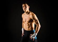 Сильный человек фитнеса ослабляя после разминки Стоковые Изображения