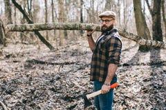 Сильный lumberjack прерывая древесину Стоковое Изображение RF