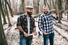 Сильный lumberjack прерывая древесину Стоковое Изображение