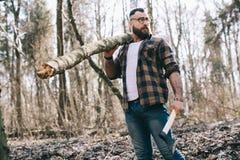 Сильный lumberjack прерывая древесину Стоковая Фотография