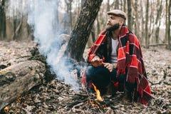 Сильный lumberjack прерывая древесину Стоковая Фотография RF