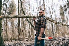 Сильный lumberjack работая в лесе Стоковая Фотография RF