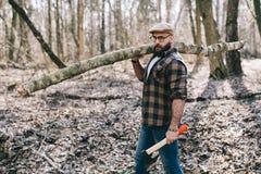 Сильный lumberjack работая в лесе Стоковое фото RF