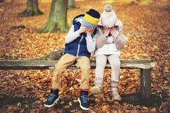 Сидя дети закрыли их глаза с руками Стоковые Фото