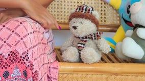 Сидя игры женщины с медведем игрушки и различные игрушки на стенде акции видеоматериалы