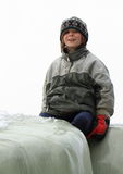Сидя мальчик с усмешкой Стоковая Фотография RF