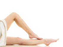 Сидя нагая женщина в полотенце показывая ноги стоковые фотографии rf