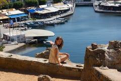 Сидя побережье женщины на море на острове Стоковые Фотографии RF