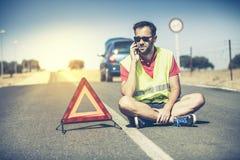 Сидя человек говоря телефоном в середине дороги Стоковая Фотография RF