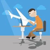 Сидя человек с компьтер-книжкой в авиапорте Стоковые Изображения