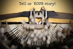 Скажите нам ваш текст рассказа напечатанный на винтажной бумаге ретро машинкой стоковое изображение