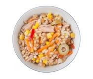 Сказанный по буквам салат с морковами tunna перчит corns и оливки стоковое фото