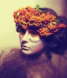 Сказка. Женщина в венке ягоды рябины стоковая фотография rf