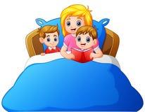 Сказка на ночь чтения матери шаржа к ее ребенку на кровати иллюстрация штока