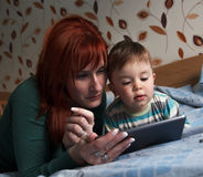 Сказки на ночь чтения матери к ее сыну Стоковые Фотографии RF