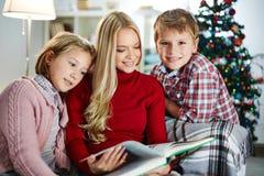 Сказы рождества чтения стоковое фото rf