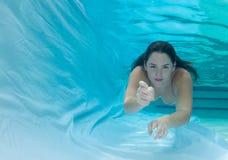 Сказ бикини и русалки раковины женщины нося Стоковая Фотография RF