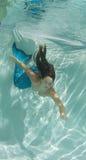Сказ бикини и русалки раковины женщины нося Стоковая Фотография