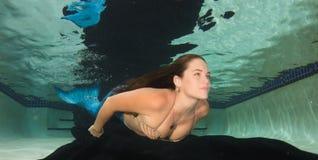 Сказ бикини и русалки раковины женщины нося Стоковые Фото