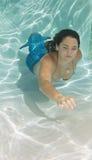 Сказ бикини и русалки раковины женщины нося Стоковые Фотографии RF