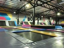 Скакать батутов крытый Спортивная площадка и развлечения прыжка следующего поколени для всех возрастов стоковое изображение rf
