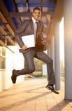 Скакать бизнесмена, счастливый о успешном заключении a стоковое изображение rf