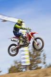 Скакать гонщика #823 велосипеда грязи Стоковая Фотография RF