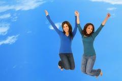 скакать девушок облака счастливый сверх Стоковая Фотография