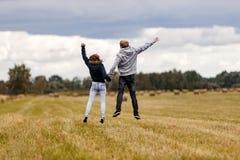 Скакать девушки и парня Стоковое фото RF