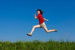 скакать девушки напольный Стоковая Фотография