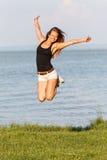 скакать девушки счастливый Стоковое Фото