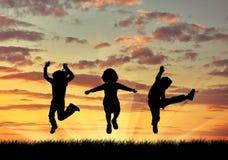 Скакать детей силуэта счастливый Стоковые Изображения RF