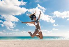 Скакать женщины счастливого бикини азиатский утехи на пляже Тропическое vacat Стоковые Изображения
