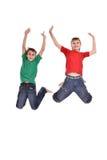 Скакать 2 жизнерадостный мальчиков Стоковые Фото