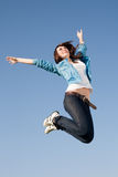 Скакать молодой женщины стоковое изображение rf
