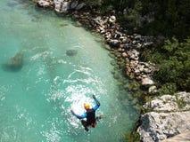Скакать моста: Обычные люди в необычных ситуациях Стоковые Фотографии RF
