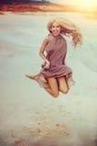 Скакать молодой женщины Стоковые Фото
