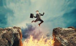 Скакать над пламенем зазора стоковые изображения