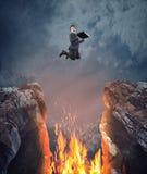 Скакать над пламенем зазора стоковая фотография