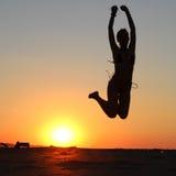 Скакать силуэта девушки Стоковая Фотография RF