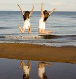 Скакать 2 девушок Стоковые Фото