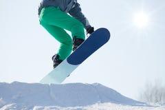 Скакать Snowboarder   Стоковое Изображение