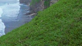 Скала горы на береговой линии и брызгать волны моря Изумляя гора скалы ландшафта и скалистый остров на голубом океане сток-видео