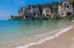 Скала известковой скалы в заливе Krabi, залив Ao Nang, Railei и Tonsai приставают Таиланд к берегу Стоковые Изображения