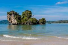 Скала известковой скалы в заливе Krabi, залив Ao Nang, Railei и Tonsai приставают Таиланд к берегу Стоковые Изображения RF