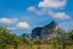 Скала известковой скалы в заливе Krabi, залив Ao Nang, Railei и Tonsai приставают Таиланд к берегу Стоковая Фотография RF