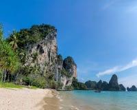 Скала известковой скалы в заливе Krabi, залив Ao Nang, Railei и Tonsai приставают Таиланд к берегу Стоковая Фотография