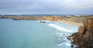 Скала и пляж Sagres, Алгарве, Португалии Стоковые Фотографии RF